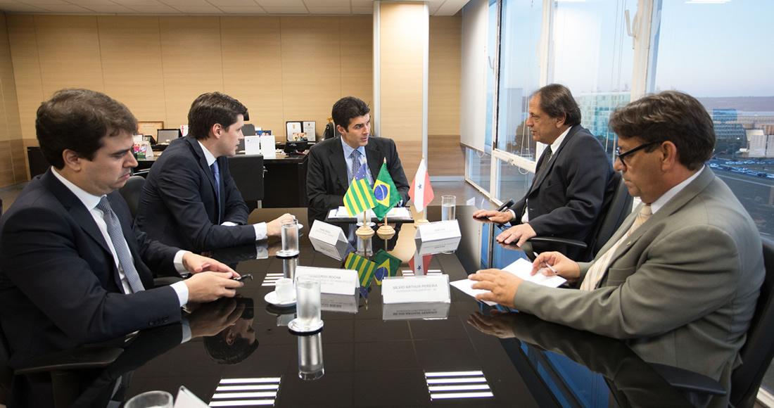 Em Brasília, no ministério da Integração Nacional. Adib conseguiu recurso para canalização do ribeirão Pirapitinga
